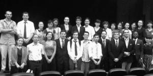 Les étudiants de la promotion 2012/2013 du Master entourés des intervenants au colloque dans l'amphithéâtre de l'Institut Français.