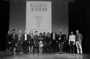 Les organisateurs en présence des lauréats et du jury devant l'affiche du concours.
